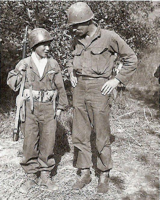 Miembro de Katusa con un soldado norteamericano.